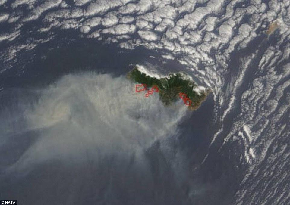 Esta imagem de satélite mostra uma nuvem de fumaça soprando para o sul-oeste dos fogos intensos na ilha da Madeira