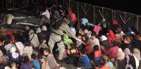 Duzentos e vinte imigrantes foram resgatados pela corveta Barroso da Marinha do Brasil / Foto: Marinha do Brasil / Divulgação