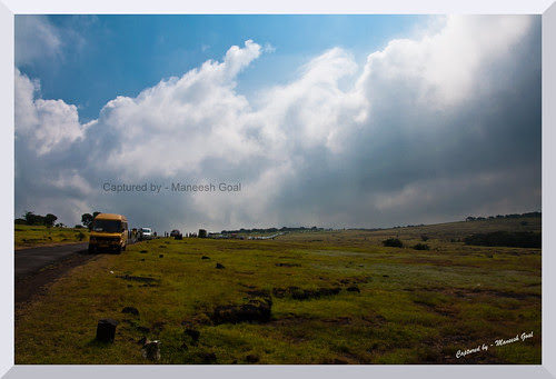 Thousands of vehicles lined up beside the Kaas Plateau!