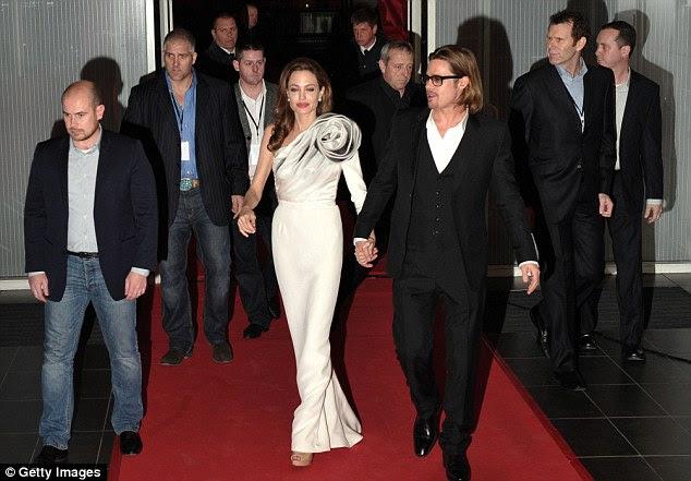 Hollywood realeza: Angelina e Brad chegaram de mãos dadas e havia vindo de Sarajevo, na Bósnia