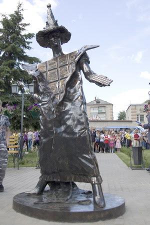 Первый в мире памятник шоколаду открыт 1 июля 2009 года в городе Покрове Владимирской области