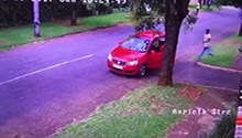 WATCH: Teen fights off mugger while street guard watches