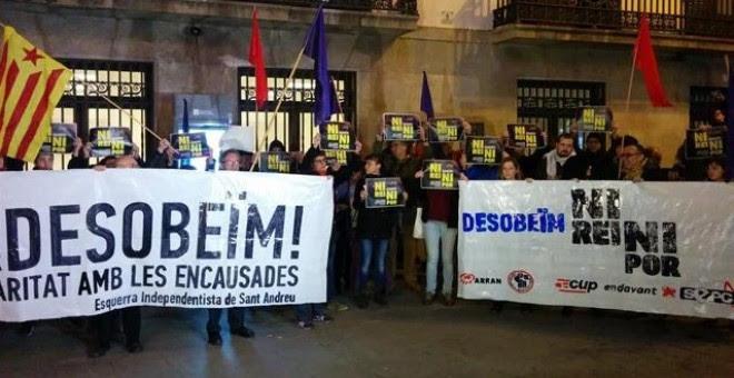 Diputados de la CUP y manifestantes en las protestas en solidaridad a los detenidos por quemar fotos del rey / EUROPA PRESS