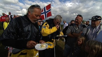 Per T. Høyland og Håkon Fosso - Per T. Høyland og Håkon Fosso feirar nordsjøflyginga med kake. Bilete er henta frå NRK.no sin dokumentar «På skjøre vinger over Nordsjøen». - Foto: Mathias Oppedal / NRK
