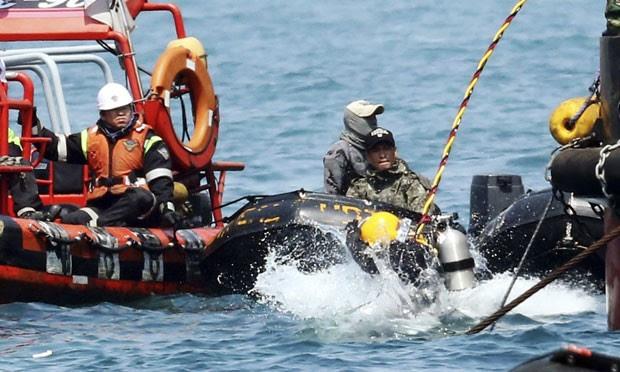 Mergulhador pula no mar na região onde balsa afundou na Coreia do Sul durante trabalhos de resgate das vítimas nesta sexta-feira (25) (Foto: Yonhap/Reuters)