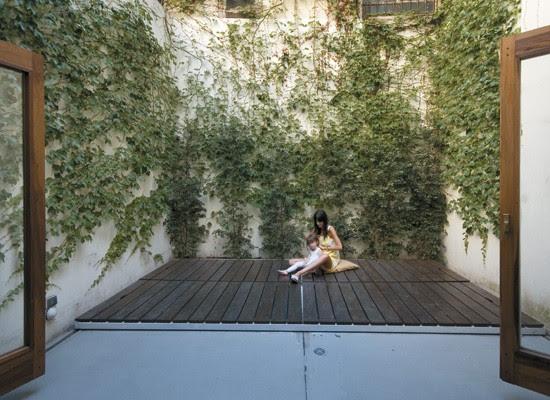 Un patio interno con deck, decoracion, diseño