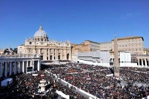 A Praça de São Pedro tomada pelos fiéis.