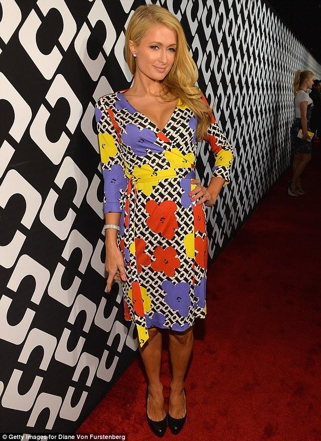 Bebê Groovy: Paris Hilton mostrou seu poder de flores em um vestido de ligação com padrão cadeia rebocadas com pétalas brilhantes