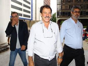 Delúbio Soares chega para o primeiro dia de trabalho (Foto: André Coelho / O Globo)