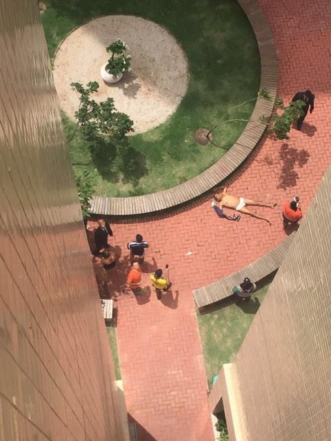 Homem estirado no chão do Condomínio Brisas