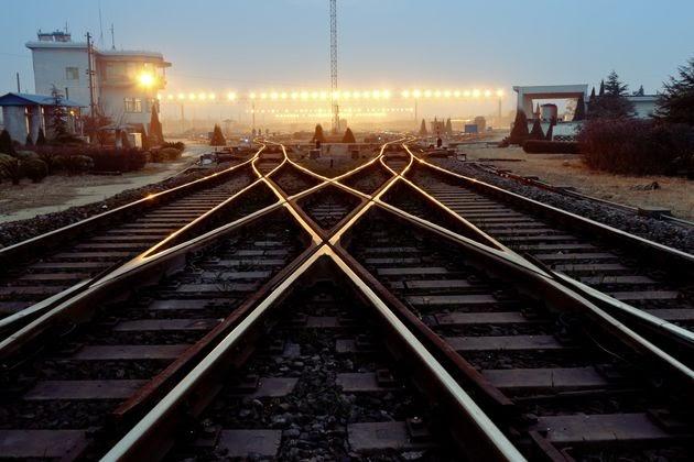 Αγκαλιάστηκαν και  πήδηξαν μαζί στις  γραμμές του τρένου:  Αυτοκτονία ζευγαριού  στη Βρετανία