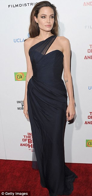 Elegante: A atriz de 36 anos de idade, olhou impressionante em um azul marinho strapless vestido Romona Keveza com detalhe no ombro pura