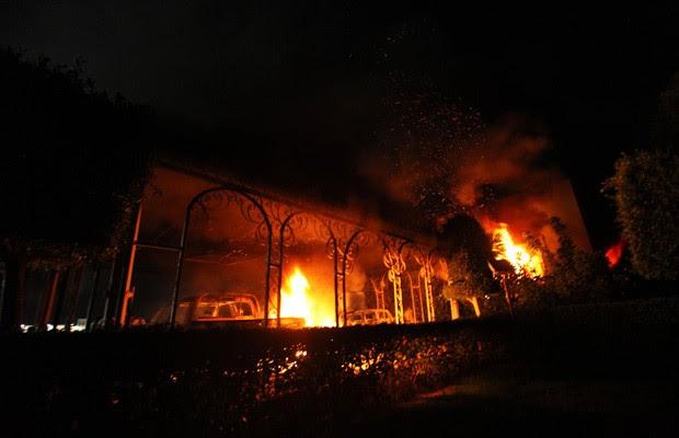 O consulado norte-americano em Benghazi, na Líbia, em chamas após invasão de manifestantes em protesto (Foto: Esam Al-Fetori / Reuters)