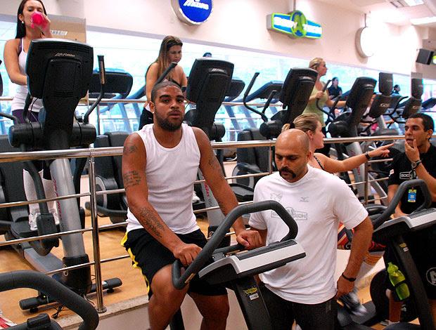 Adriano na academia no Rio de Janeiro (Foto: Reyes de Sá Viana do Castelo / APPROACH)