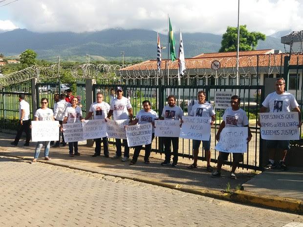 Parentes de vítimas do acidente Mogi-Bertioga protestam em São Sebastião (Foto: Vanguarda Repórter/Margarida Ferreira)