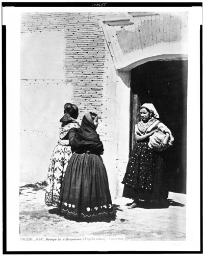 Paisanas de Toledo a la puerta de un convento en el siglo XIX. Fotografía de Jean Laurent. The Library of Congress of the United States of America