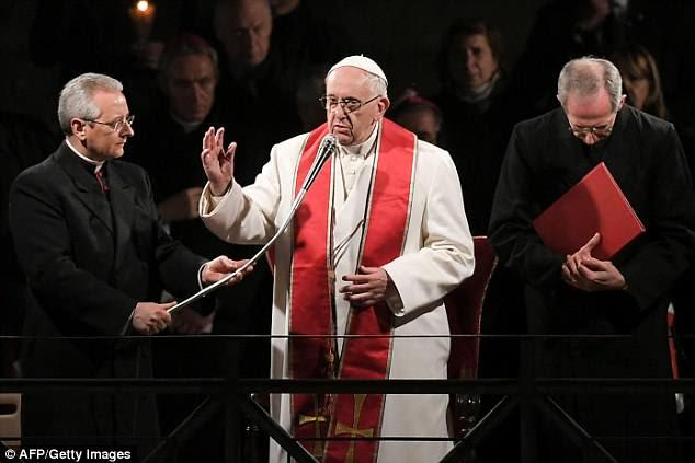 Papa Francisco preside a procissão da luz das velas na Via Crucis (Via Sacra) no Coliseu na sexta-feira santa