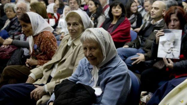 Ativistas no julgamento de militares em Buenos Aires