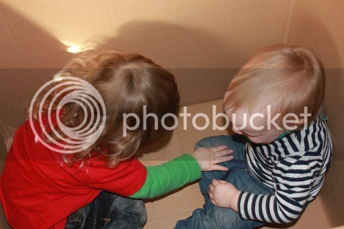Bjarne und Jannes im Karton