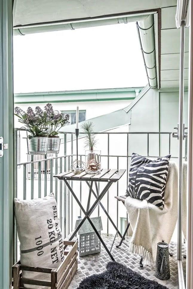 Mały balkon ze stolikiem