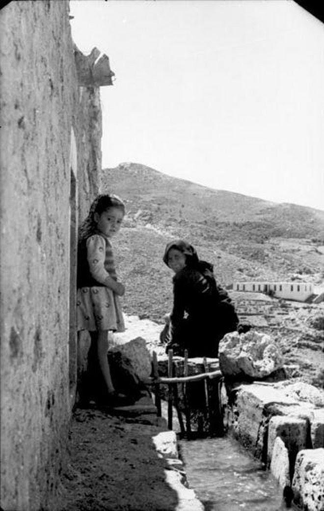 Οι φωτογραφίες της εποχής, έχουν μοναδική αξία καθώς καταγράφουν την εικόνα του χωριού λίγο πριν την καταστροφή.