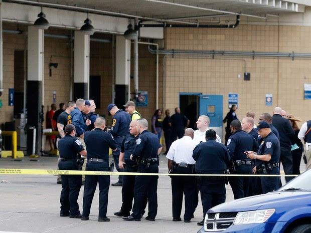 Policiais se na frente da estação de ônibus Greyhound, em Richmond (Foto: Dean Hoffmeyer / Richmond Times / via AP Photo)