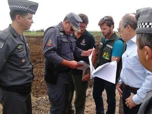 Autoridades fizeram vistoria na área em Iguape (Foto: Rodrigo Nardelli/G1)