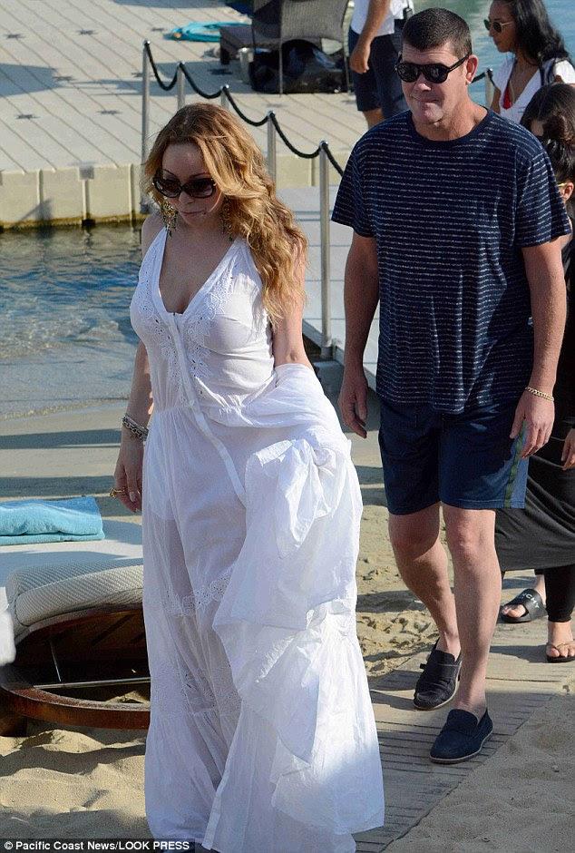 Tense: O par em uma viagem romântica para Mykonos, na Grécia, em setembro, mas a sua relação aparentemente desvendado depois de uma briga