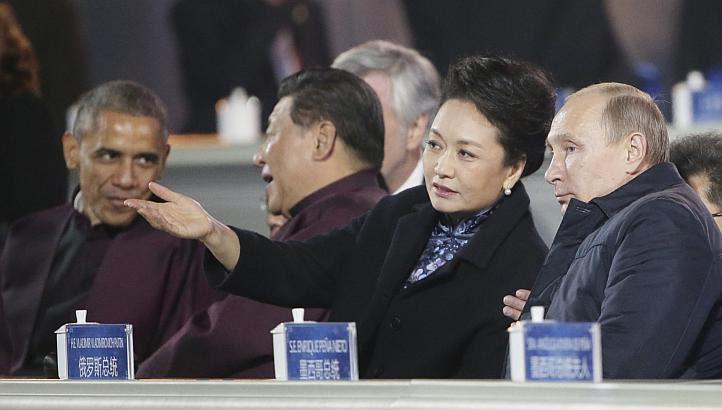 Mungkin kerana cuaca malam agak sejuk, wanita pertama China berkenaan memulakan perbualan dengan bercerita tentang situasi suhu ketika itu