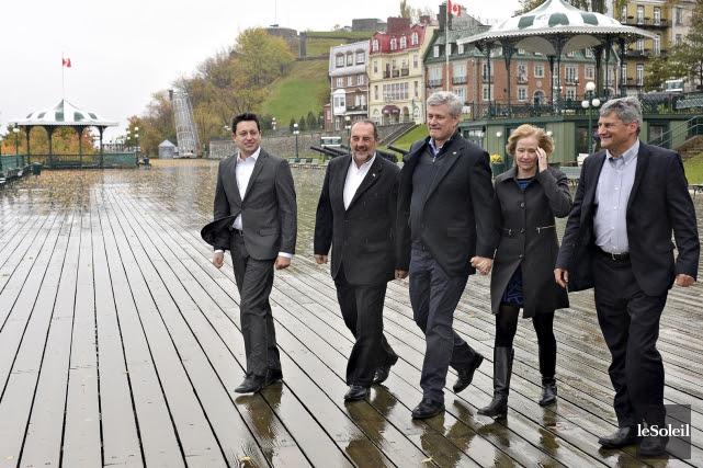 Le chef conservateur Stephen Harper (au centre) en... (Le Soleil, Patrice Laroche)