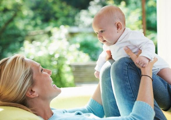 Chơi với bé giúp mẹ gần gũi với bé hơn