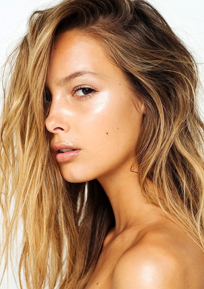 Le Fashion Blog How To Get That Summer Glow Fresh Face Bronzer Highlighter Contouring Make Up Textured Wavy Beach Hair Lip Gloss Viktoria Varga Via Absorb - Photographer: Eddie New