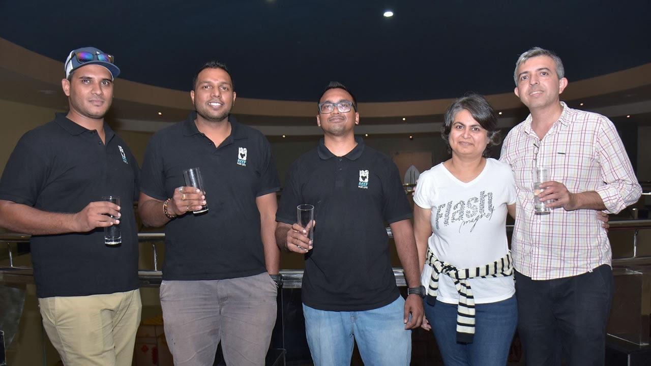 Zabeer Allymamod, Marketing Manager, Mohesh Gurroby, directeur, Avijit Jorai, marine biologist, de Reef for Life, et Rohil Makhecha, directeur de SDZ Impex, et son épouse.