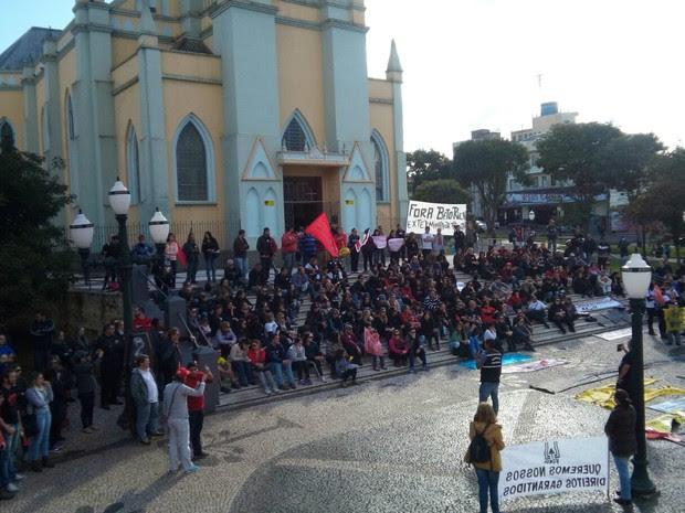 Professores universitários se concentraram na Praça Barão de Guaraúna (Foto: Paulo Martins/RPC)