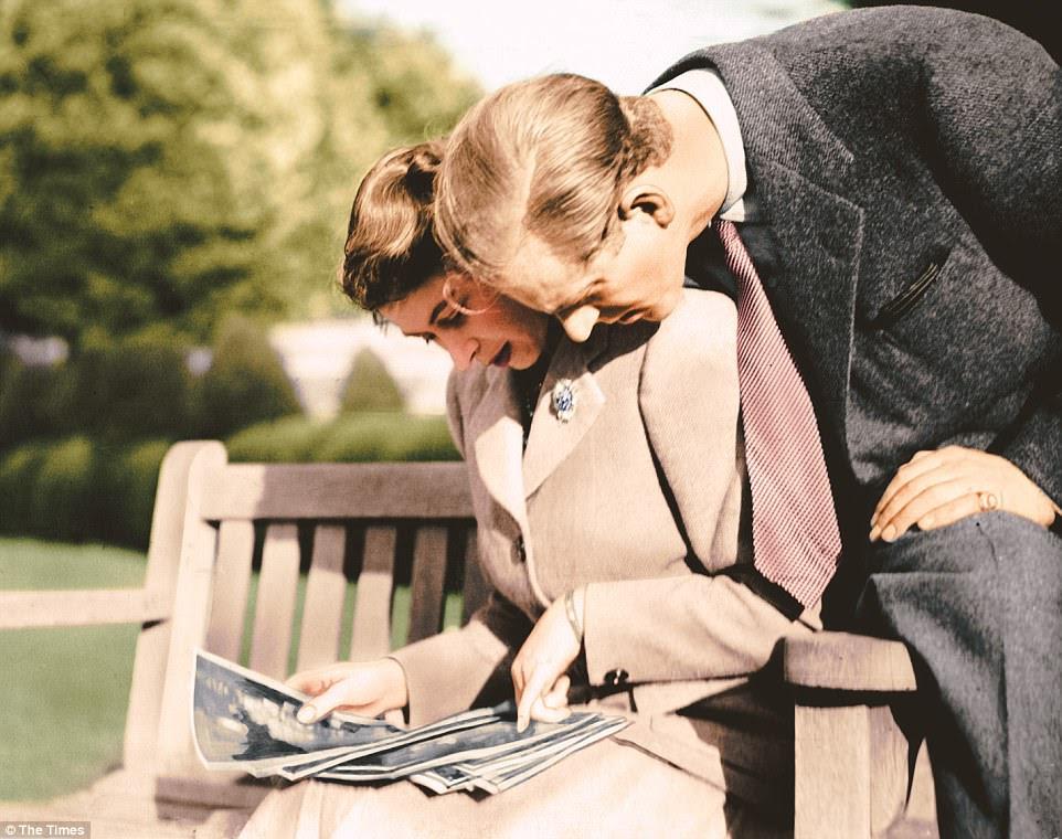 A princesa Elizabeth e o Duque de Edimburgo, fotografaram nos terrenos de Broadlands olhando suas fotografias de casamento