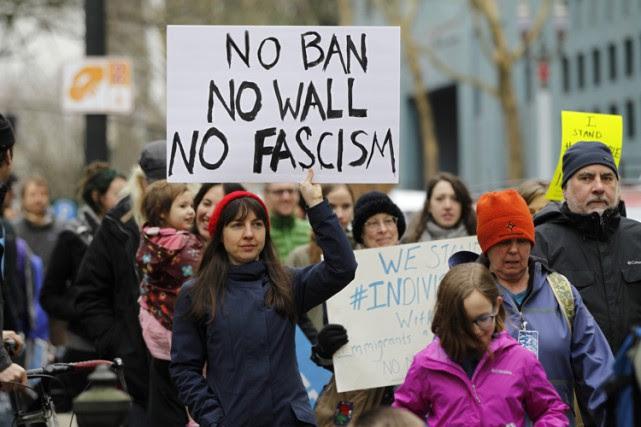 Des manifestants ont dénoncé le décret sur l'immigration... (PHOTO REUTERS)