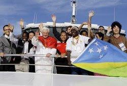 arriba de un barco ingresa BXVI a Sidney donde le aguardaba un enjambre de jóvenes del mundo entero