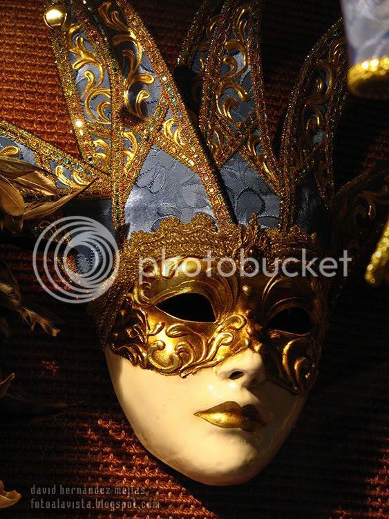Máscara en un escaparate de Annecy, Francia