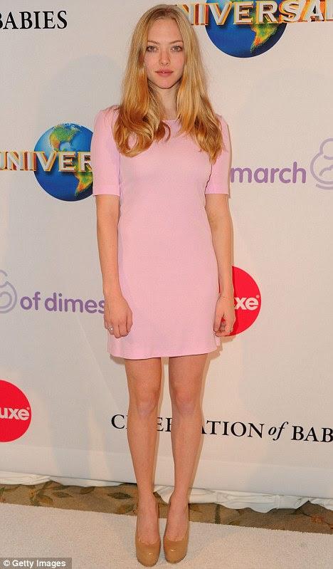 Legging-los tê-lo: Amanda Seyfreid mostrou fora sua pinos magro neste vestido rosa