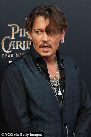 Cool garoto: Johnny parecia tão legal e colecionado como sempre como ele posou casualmente no tapete