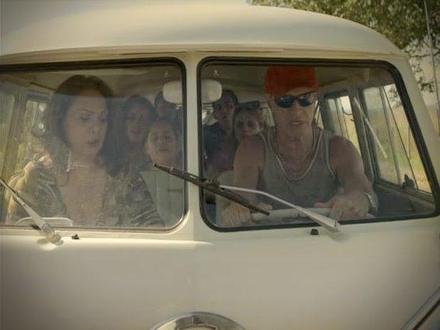 Carro pifa com a família voltando de Cabo Frio (Foto: Avenida Brasil / TV Globo)