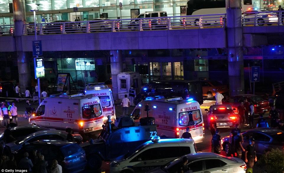 Turco agências de segurança e serviços de emergência se reuniram em frente aeroporto Ataturk depois de ter sido atingido por um ataque suicida