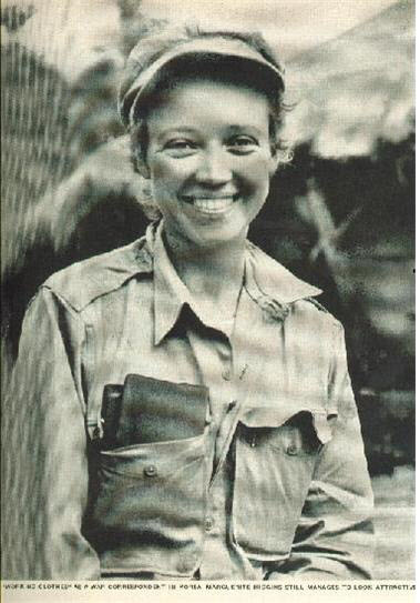 1950년 10월2일자 LIFE잡지에 실린 히긴스 기자 모습이다.