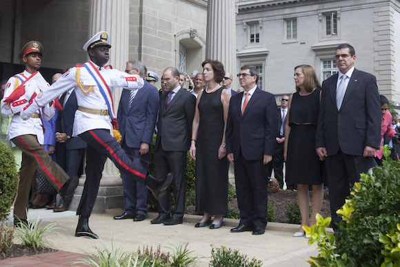 La bandera cubana fue izada este lunes en la sede de la nación caribeña aquí, pocas horas después del restablecimiento oficial de los vínculos diplomáticos bilatarales, en acto solemne fue encabezado por Rodríguez. Foto: Ismael Francisco/ Cubadebate