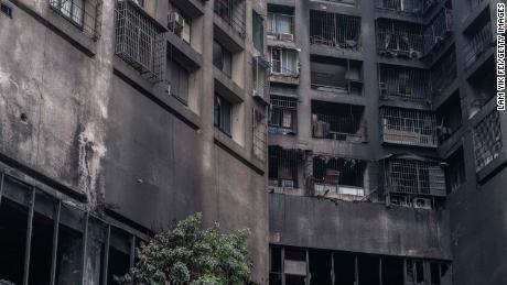 Las paredes exteriores de un edificio residencial están carbonizadas a raíz de un incendio el 14 de octubre en Kaohsiung, Taiwán.