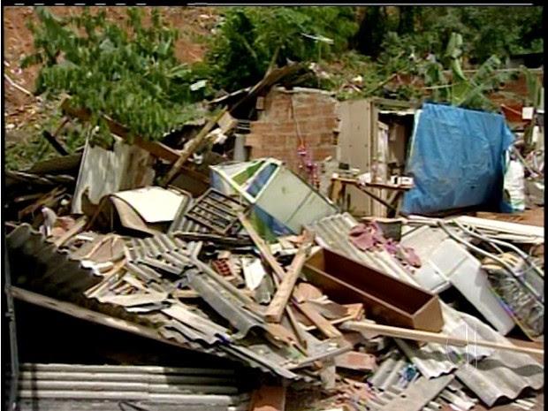 Criança morre soterrada e bairros estão alagados em Macaé, no RJ (Foto: Reprodução Inter TV)