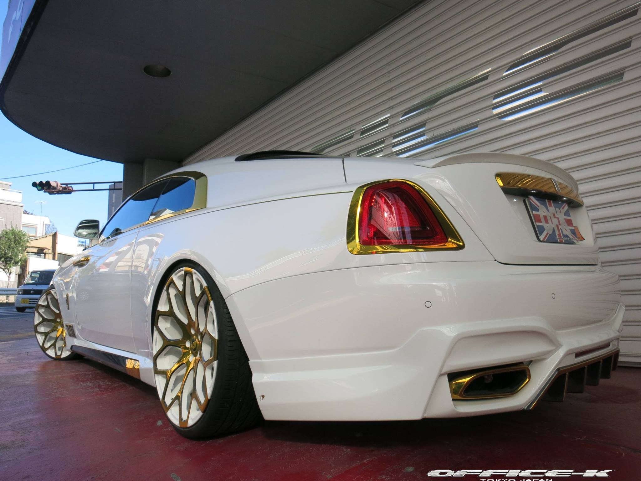 White Rolls Royce Wraith With Gold Accents From Office K Is An Eyesore Autoevolution