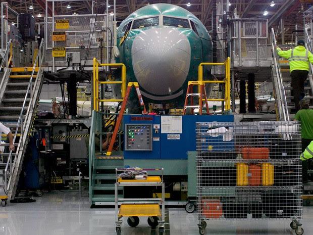 Funcionários da Boeing trabalham em um 737 MAX em fábrica em Renton, Washington, no dia 7 de dezembro de 2015. O modelo está incluindo na lista de aviões que a Iran Air deve comprar da companhia (Foto: Reuters/Matt Mills McKnight)