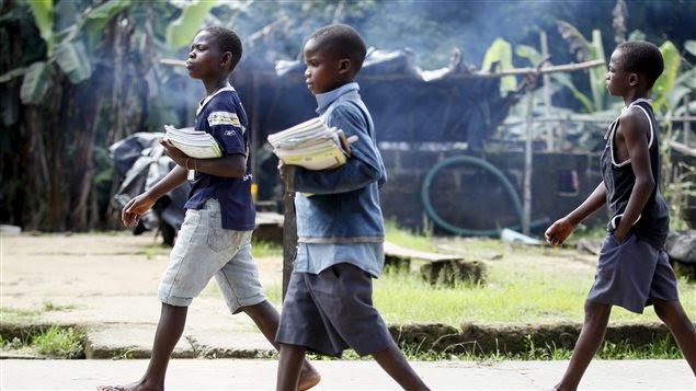 Des écoliers reviennent chez eux en fin de journée près de Yenagoa, dans le delta du Niger.
