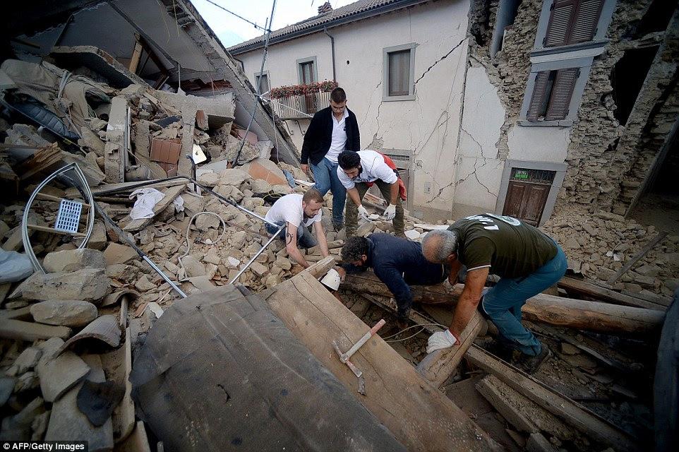 As equipes de resgate cavaram desesperadamente através de edifícios desmoronados para alcançar aqueles que ficaram presos debaixo edifícios desmoronaram em Amatrice